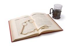 Uitstekende boek en pince-nez. Geïsoleerde op wit. royalty-vrije stock afbeeldingen