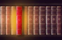 Uitstekende boeken in boekenkast stock afbeeldingen