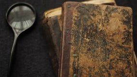 Uitstekende boeken en Bijbel hierboven stock footage