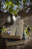 Uitstekende boeken en de zomer blauwe bloemen royalty-vrije stock afbeelding
