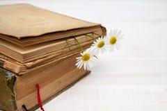 Uitstekende boeken met boeket van bloemen royalty-vrije stock foto's
