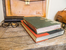 Uitstekende boeken, zak en oogglazen. Stock Afbeeldingen
