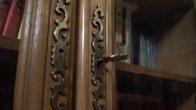 Uitstekende boekenkastdeuren Oude boeken op de plank op de rug stock video