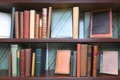 Uitstekende boekenplank Stock Afbeelding