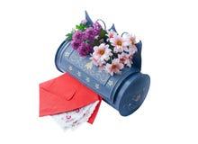 Uitstekende brievenbus met rode enveloppen Royalty-vrije Stock Afbeeldingen