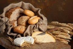 Uitstekende brood en kaas Stock Foto's