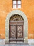 Uitstekende bruine houten oude deur in middeleeuwse sity van Pisa, Italië royalty-vrije stock afbeelding