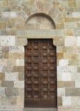 Uitstekende bruine houten oude deur in middeleeuwse sity van Pisa, Italië royalty-vrije stock afbeeldingen