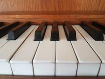 Uitstekende bruine zeer belangrijke piano Royalty-vrije Stock Afbeeldingen