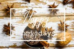 Uitstekende Cad van de Kerstmisgroet met de DecoratiePijpjes kaneel Anise Stars Pine Cones van Bakselingrediënten in Kruik op Hou stock foto