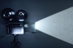 Uitstekende camera die een film in de donkere ruimte maken Stock Foto's