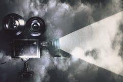 Uitstekende camera die een film in de donkere ruimte met wolken maken Stock Foto's