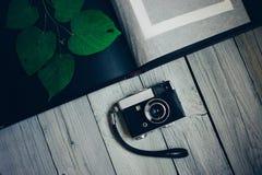 uitstekende camera, een oud fotoalbum op de witte houten lijst royalty-vrije stock afbeelding