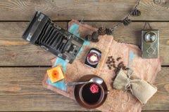 Uitstekende camera en koffie Royalty-vrije Stock Foto's