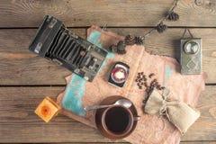 Uitstekende camera en koffie Stock Foto