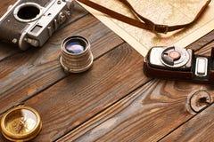 Uitstekende camera en lens op antieke XIX eeuwkaart Royalty-vrije Stock Foto's