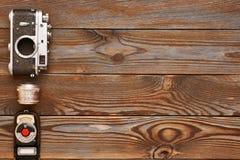 Uitstekende camera en lens op houten achtergrond Stock Fotografie