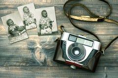 Uitstekende camera en oude babyfoto's Retro stijl gestemd beeld Royalty-vrije Stock Foto's