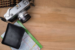 Uitstekende camera, kaart, portefeuille op houten lijstachtergrond Stock Afbeelding