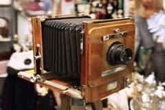 Uitstekende camera met een harmonika bij een vlooienmarkt moskou 07 02 stock fotografie