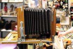 Uitstekende camera met een harmonika bij een vlooienmarkt moskou 07 02 royalty-vrije stock foto's
