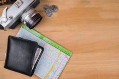 Uitstekende camera, muntstukken, kaart, en portefeuille op houten lijst backgroun Stock Fotografie