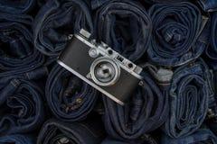 Uitstekende camera op denimachtergrond Stock Afbeelding
