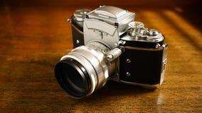 Uitstekende camera op houten lijst Stock Foto's