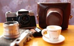 Uitstekende camera op houten lijst royalty-vrije stock foto