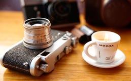 Uitstekende camera op houten lijst Royalty-vrije Stock Foto's