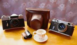 Uitstekende camera op houten lijst Stock Fotografie
