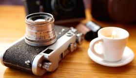 Uitstekende camera op houten lijst stock afbeelding