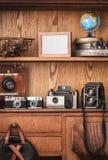 Uitstekende camera's op houten achtergrond met exemplaarruimte stock fotografie