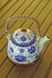 Uitstekende ceramische kleurrijke geschilderde theepot Stock Afbeeldingen