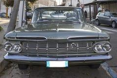 Uitstekende chevrolet byscayne op de weg Royalty-vrije Stock Fotografie