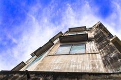 Uitstekende cityscape Blauwe hemel en wolk op de bouw en huis stock afbeelding