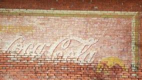 Uitstekende Coca-colaadvertentie op een bakstenen muur Stock Afbeeldingen