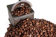 Uitstekende coffemolen en bonen royalty-vrije stock foto's