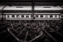 Uitstekende de trein hoofdpost van Thailand met zwart-witte toon stock fotografie