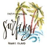 Uitstekende de waterverfzomer het surfen druk met typografie ontwerp, palmen, golven en het van letters voorzien Tropische reeks, stock illustratie