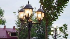 Uitstekende de weg lichte pool van de lamp poststraat stock footage