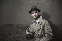 Uitstekende detective met revolver Royalty-vrije Stock Afbeeldingen