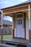 Uitstekende deur en roestige kaders stock foto