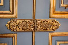 Uitstekende deurscharnieren geschilderde die patronen met bladgoudclose-up worden behandeld luxemontage in het binnenland royalty-vrije stock afbeelding