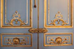 Uitstekende deurscharnieren geschilderde die patronen met bladgoudclose-up worden behandeld luxemontage in het binnenland stock afbeelding