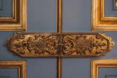 Uitstekende deurscharnieren geschilderde patronen die met bladgoudclose-up worden behandeld luxemontage in het binnenland royalty-vrije stock fotografie