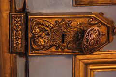 Uitstekende deurscharnieren geschilderde patronen die met bladgoudclose-up worden behandeld luxemontage in het binnenland royalty-vrije stock foto's
