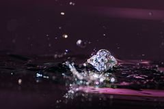 Uitstekende diamantring stock foto
