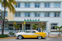 Uitstekende die auto bij Oceaanaandrijving in Zuidenstrand wordt geparkeerd, Miami Stock Foto