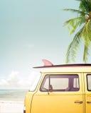 Uitstekende die auto op het tropische strand wordt geparkeerd royalty-vrije stock afbeelding